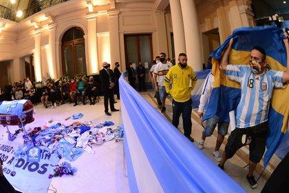 El ataúd de Maradona en la Rosada (foto: EFE/ Juan Ignacio Roncoroni)