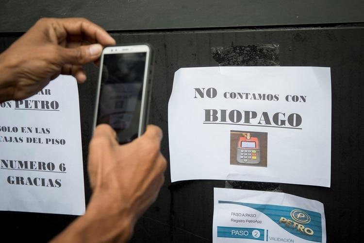 Los venezolanos que reciben bonos y beneficios en Petros enfrentan dificultades para usarlos en comercios