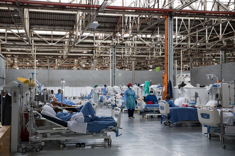 Pacientes internados en Puerto Elizabeth, Sudáfrica que padecen COVID-19 y están en recuperación (Samantha Reinders/The New York Times)