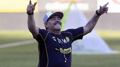Maradona baila al ritmo de la porra de los 500 aficionados de Dorados (Fotobaires)