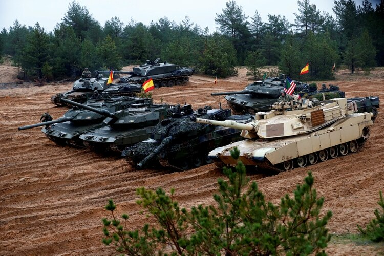 Tanques estadounidenses, alemanes, polacos y españoles en Latvia, donde están desplegados en este momento (REUTERS/Ints Kalnins)