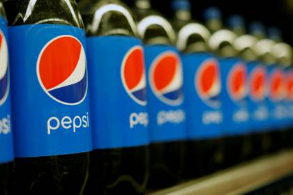 FILE PHOTO: Bottles of Pepsi are pictured at a grocery store in Pasadena, California, U.S., July 11, 2017.   REUTERS/Mario Anzuoni/File Photo  GLOBAL BUSINESS WEEK AHEAD