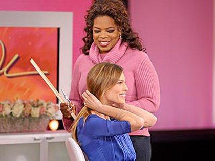Luego de dejarlo crecer por seis meses se dejó cortar el cabello con Oprah Winfrey para ayudar a mujeres con cáncer