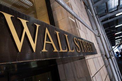 Wall Street en leve baja al mediodía