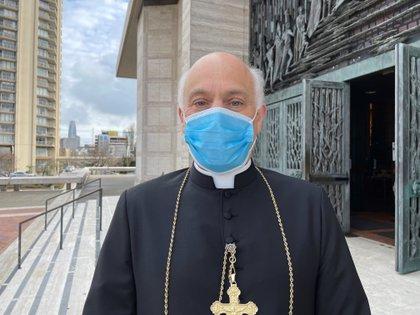 El arzobispo de San Francisco, Salvatore Cordileone, posa frente a la catedral de Santa María de la Asunción en San Francisco. EFE/Marc Arcas