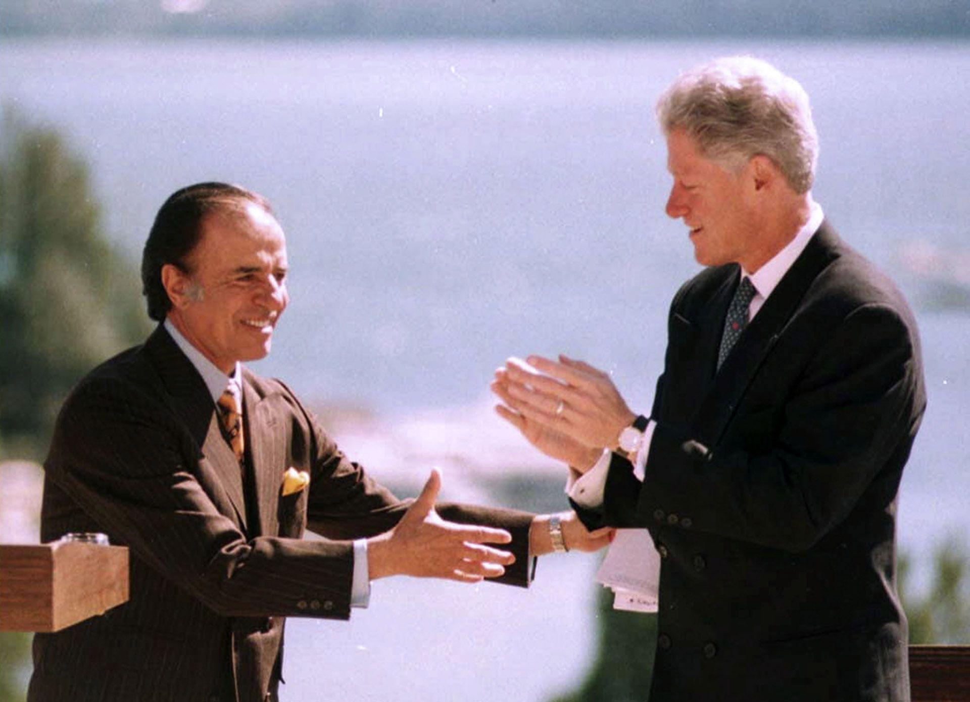 En octubre de 1997, el presidente de EE.UU, Bill Clinton, visitó la Argentina. Sus principales temas de agenda fueron comerciales, de combate del narcotráfico y la corrupción que ya ensombrecía su gobierno. Menem rompió el protocolo y fue a recibirlo a Ezeiza. Durante su visita se firmaron 8 acuerdos bilatelaras. Pero no hubo consenso sobre la apertura del mercado aéreo, una de las aspiraciones del presidente argentino. (NA: Jose Luis Perrino)