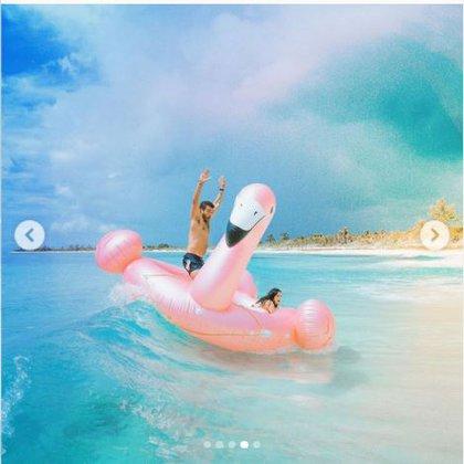 Aislinn Derbez y Jonathan Kubben en la playa FOTO: Instagram/@aislinnderbez