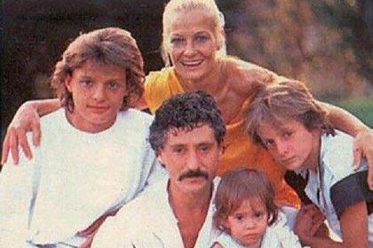 """Una de sus pocas fotos familiares públicas, donde aparece """"Luismi"""" junto con sus padres y hermanos (Foto: Archivo)"""