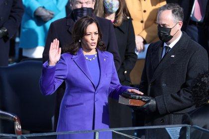 La vicepresidenta electa de Estados Unidos, Kamala Harris, junto a su esposo, Doug Emhoff, mientras recibe el juramento de la jueza de la Corte Suprema, Sonya Sotomayor, este 20 de enero de 2021. EFE/EPA/MICHAEL REYNOLDS