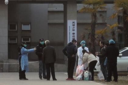 FOTO DE ARCHIVO: El personal médico y el personal de seguridad impiden que los familiares de los pacientes estén demasiado cerca del hospital Jinyintan, donde se trata a los pacientes con neumonía causada por la nueva cepa de coronavirus, en Wuhan, provincia de Hubei, China, el 20 de enero de 2020. (REUTERS / Stringer / archivo)