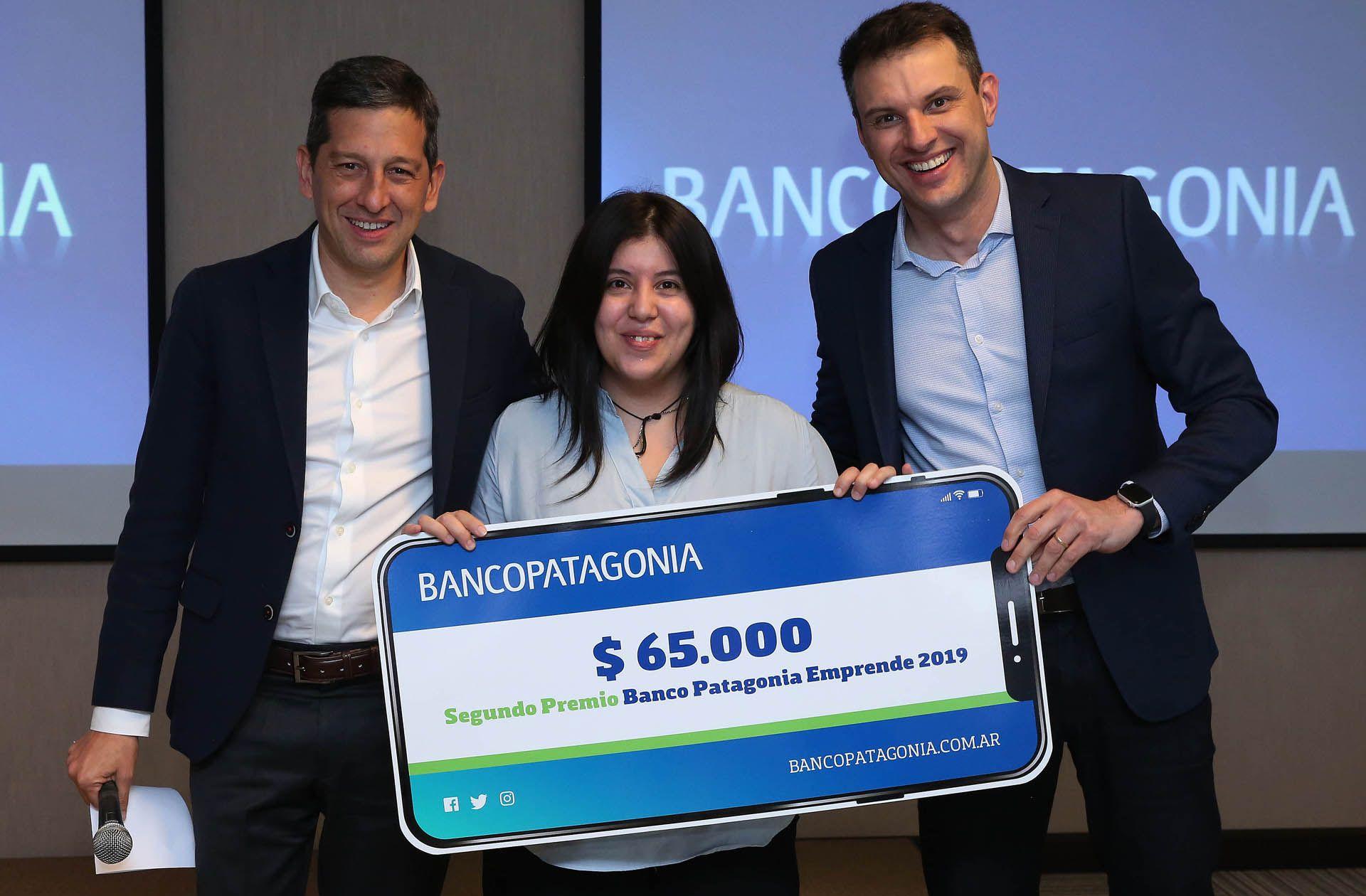"""""""Gestorapp"""" se quedó con el segundo puesto de """"Banco Patagonia Emprende"""". Recibió el premio por parte de Juan Trejo, CFO de Banco Patagonia; y Otacilio Magalhaes, superintendente de Negocios Digitales"""