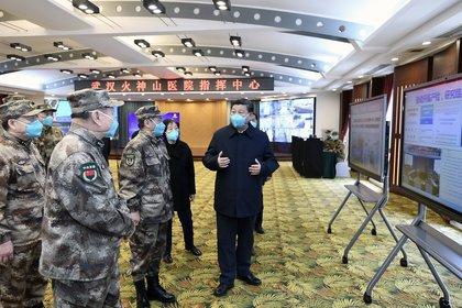 En esta foto publicada por la Agencia de Noticias Xinhua de China, el presidente chino Xi Jinping recibe un informe en el Hospital Huoshenshan de Wuhan en la provincia de Hubei el martes 10 de marzo de 2020 (Xie Huanchi/Xinhua vía AP)