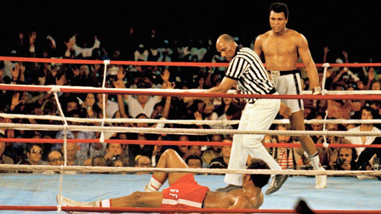 La llamaron la pelea del siglo y Alí no defraudó. George Foreman lo mira impotente desde la lona. El campeón había vuelto una vez más.