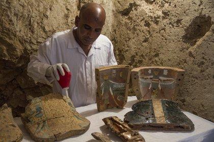 Además de la momia, los arqueólogos hallaron una serie de objetos funerarios (AP)