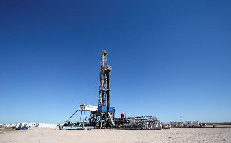 Plataforma de perforación en la formación de crudo y gas Vaca Muerta, en la provincia de Neuquén