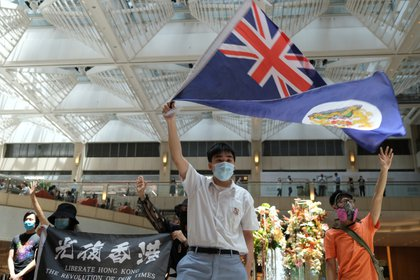 Un manifestante pro democracia en Hong Kong flamea la bandera colonial del territorio, usada antes de que el Reino Unido lo devolviera a China en 1997. Foto: REUTERS/Tyrone Siu