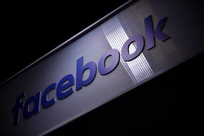 Vista del logo de la red social Facebook. EFE /Julien De Rosa /Archivo