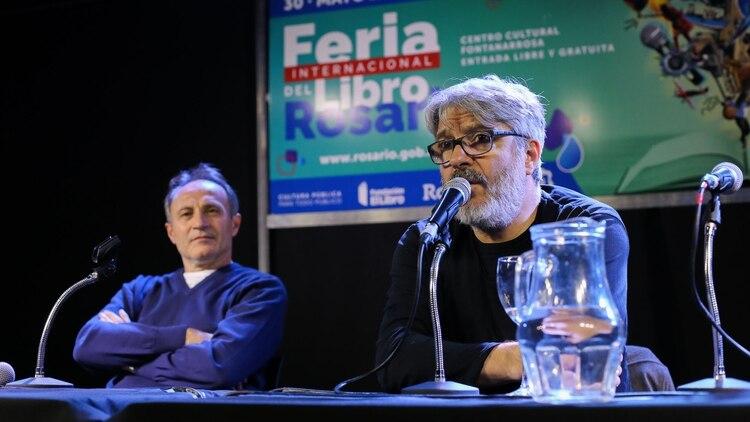 """Manuel Moretti junto a Juan José Becerra en la presentación de """"Demasiadas pocas cosas"""""""