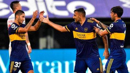 Varela festeja junto a Wanchope Ábila y Mas el primer tanto en la goleada contra Huracán (Foto Baires)