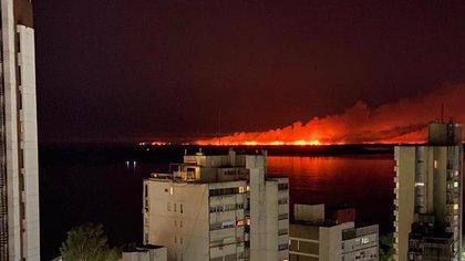 Así se veía el incendio desde la ciudad de Rosario este domingo por la noche. (Centro Integrado de Operaciones Rosario)