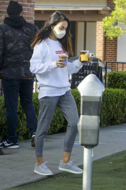 Mila Kunis salió a pasear por Los Ángeles con su marido Ashton Kutcher e hicieron una parada para comprar café. Ella bajó del auto a buscar las bebidas, mientras él la esperó estacionado