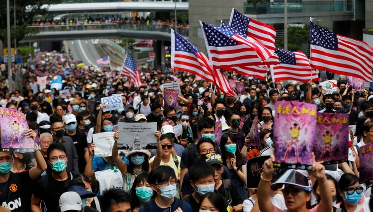 Protesters hold U.S. flags during a march to the U.S. Consulate General in Hong Kong, China September 8, 2019. REUTERS/Anushree Fadnavis