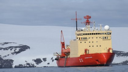 """El rompehielos """"Almirante Irizar"""" se prepara en la ciudad de Ushuaia para iniciar la tercera y última etapa de la Campaña Antártica de Verano  2020-2021 (Archivo DEF)"""