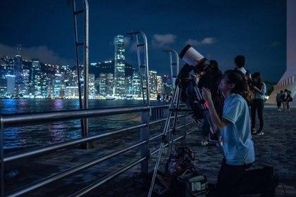 La mejor forma de observar el cambio en el brillo de la Luna es tomar dos fotografías: una antes de comenzar el eclipse, y la otra, mientras esté ocurriendo (Foto: AFP/Philip FONG/Archivo)