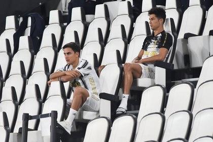 Cristiano Ronaldo y Paulo Dybala vieron el partido desde las gradas (REUTERS/Massimo Pinca)