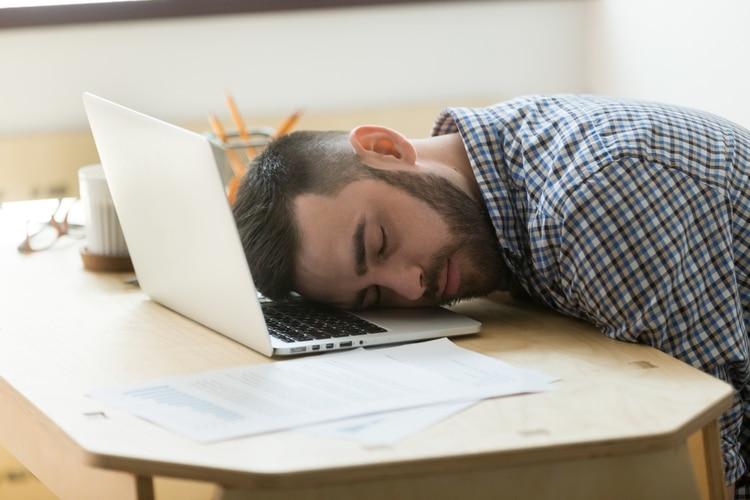 La falta de descanso y sueño afecta el rendimiento al otro día (Shutterstock)