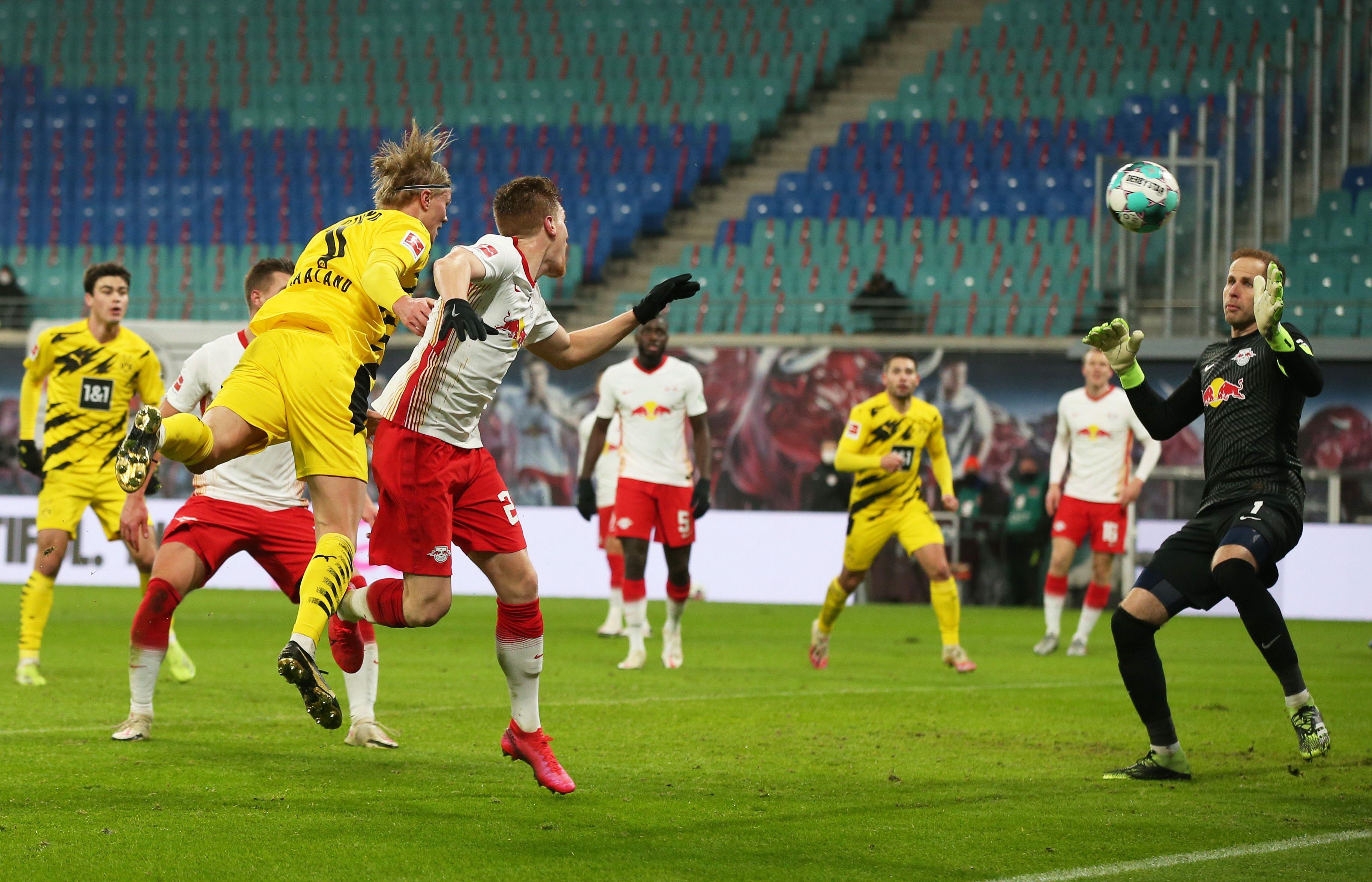 Haaland ya anticipó al defensor del RB Leipzig y anota el 2-0 para el Borussia Dortmund (REUTERS/Ronny Hartmann)