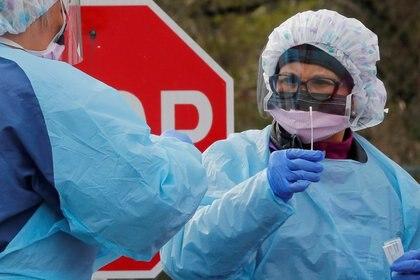 Infobae consultó a diversos expertos virólogos e infectólogos, especialistas en enfermedades infectocontagiosas, para conocer más sobre la guía que deberían tener en cuenta los más de 27 millones de pacientes que ya se recuperaron del nuevo coronavirus (REUTERS/Brian Snyder)