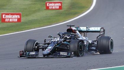 El coche de Hamilton llegó con lo justo a la meta (Reuters)