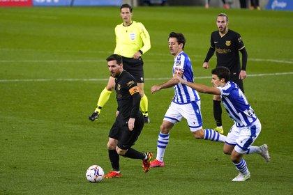 Lionel Messi escapa de la marca de Mikel Oyarzabal en un duelo entre el Barcelona y la Real Sociedad. Foto: REUTERS/Vincent West