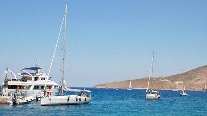 Regatas en la playa de Livadia en la costa de Tilos (iStock)
