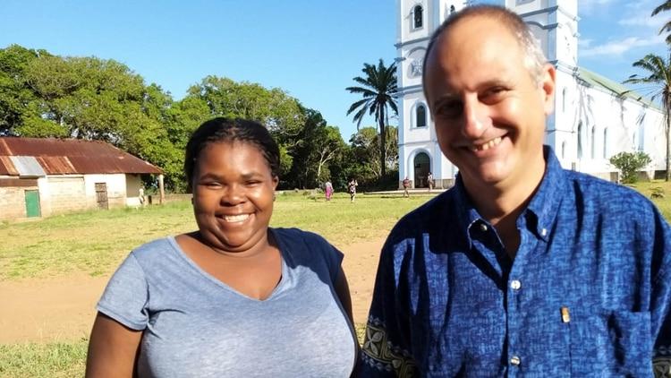 Vilma Soto, la mamá de Rafita, y Juan Gabriel Arias en Mozambique, días después de la partida de la joven.