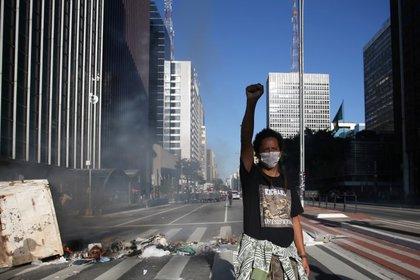 Una manifestante gesticula durante una manifestación contra el presidente Jair Bolsonaro, en Sao Paulo, Brasil, Mayo 31, 2020. REUTERS/Rahel Patrasso