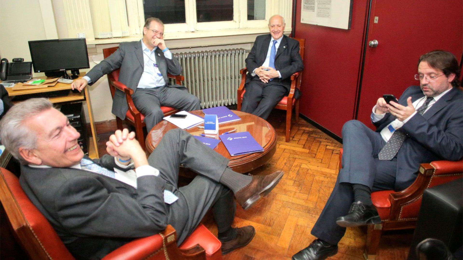 Roberto Lavagna junto a su equipo en la previa del debate