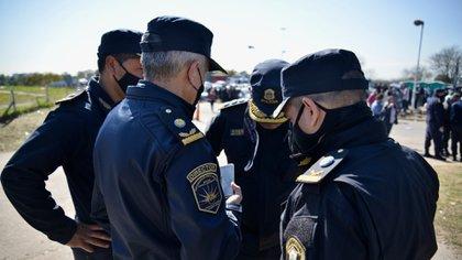Los policías siguieron en La Matanza el anuncio a través de sus teléfonos celulares (Foto: Gustavo Gavotti)