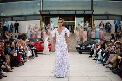 Una de las propuestas para una novia contemporánea con mangas, gran escote V y estampado floral