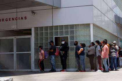 Un tercio de los 69 hospitales habilitados para atender la pandemia en el área metropolitana de la capital mexicana se encuentran saturados, lo que obliga a enfermos y familiares a emprender un largo periplo para conseguir ser atendidos Foto: (EFE/ José Méndez)