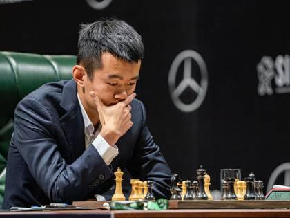 El ajedrecista chino Ding Liren durante su partida con su connacional Wang Hao. Liren, vive en Wenzhou (a 800Km de Wuham, el epicentro del coronavirus) cumplió la cuarentena en Moscú.