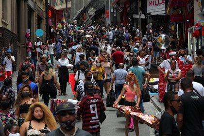 Decenas de personas en San Pablo, Brasil caminan, muchas de ellas sin barbijo o utilizándolo mal - REUTERS/Amanda Perobelli