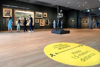 Turistas visitan el Museo Van Gogh que reabrió sus puertas cuando Holanda decidió aliviar algunas de las medidas de bloqueo implementadas durante el brote de la enfermedad por coronavirus (REUTERS)