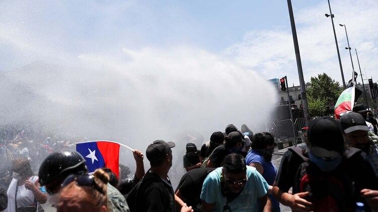 La policía chilena intenta dispersar con agua a los manifestantes en Chile (Reuters/Ivan Alvarado)