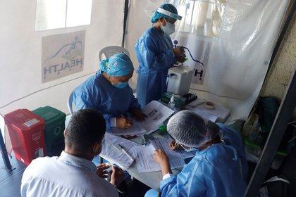 Trabajadores de la salud realizan pruebas de covid-19 en Cartagena (Colombia). EFE/ Ricardo Maldonado Rozo