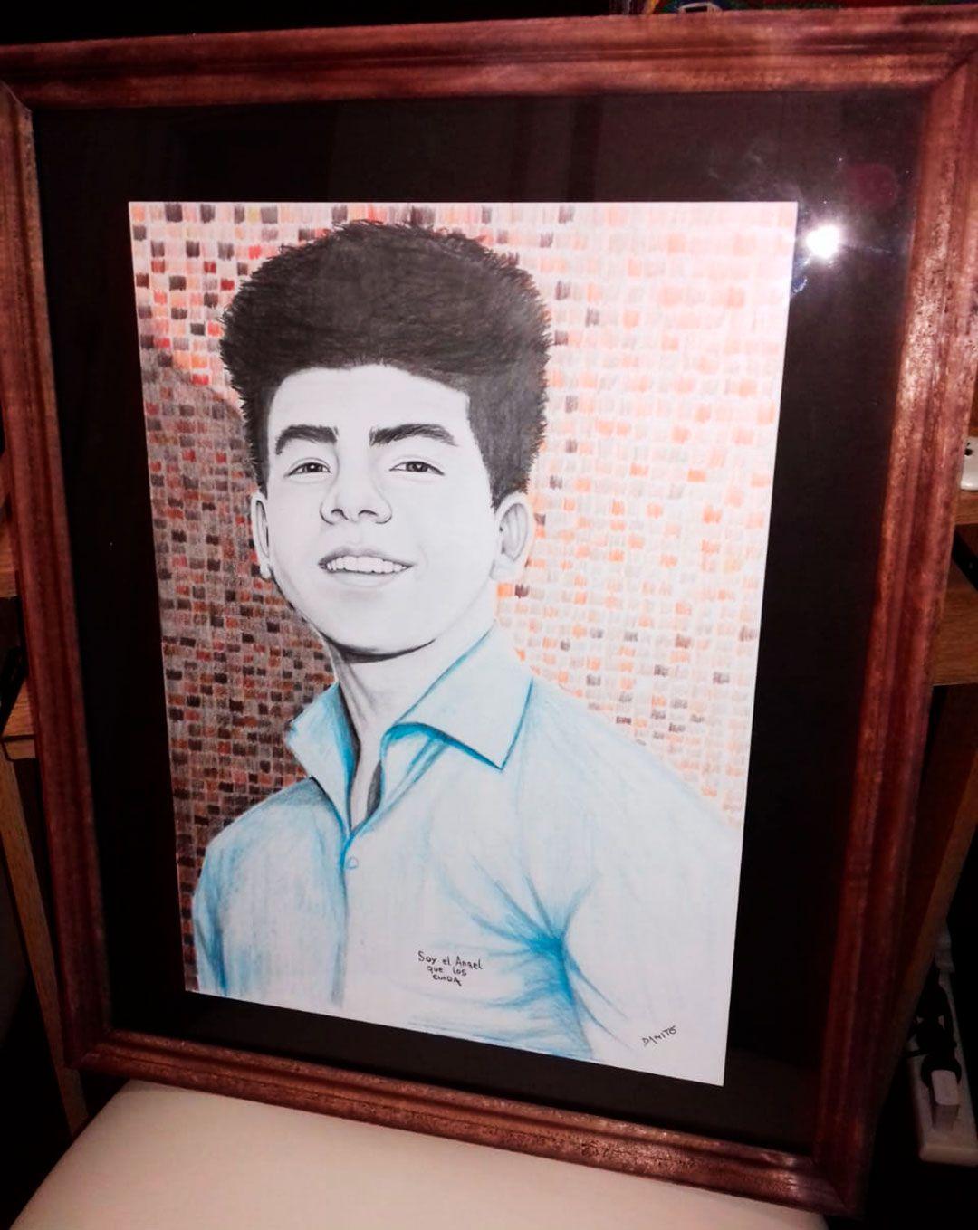Este cuadro con el rostro de Fernando, pintado a mano con lápices de colores, es uno de los tantos regalos y muestras de afecto que los Báez Sosa recibieron en su domicilio. Graciela y Silvino eligieron este para que los acompañara en la entrevista con Infobae.