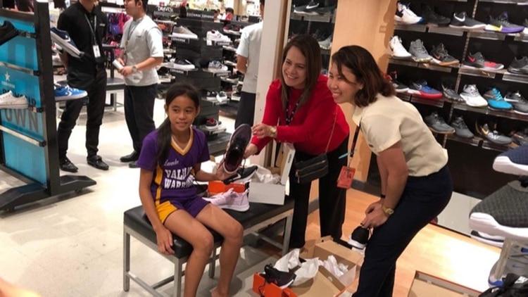 Rhea Bullos recibió zapatillas reales tras difundirse su historia alrededor del mundo.