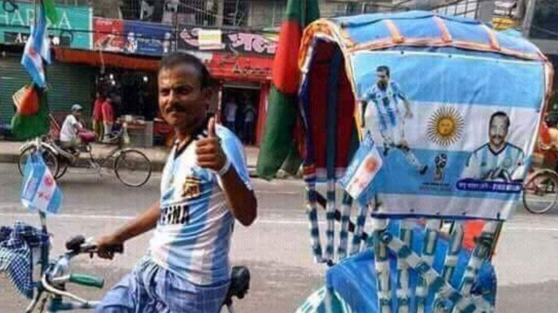 Una mototaxi ploteada con los colores de la selección argentina y fotos de Messi.