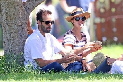 Picnic en familia. Natalie Portman comió en un parque de Sídney, Australia, junto con su marido, Benjamin Millepied, y sus hijos Aleph y Amalia. Lo hicieron sentados sobre una lona en el pasto, luego compraron un helado y bebidas y pasearon disfrutando del día (Fotos: The Grosby Group)